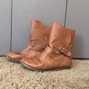 Short brown boots w/buckle